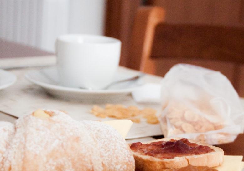 a casa di amici - colazione cornetti